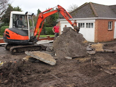 Chez Pavage Express utilisons une mini pelle pour les travaux de terrassement et pour la pose de pavés